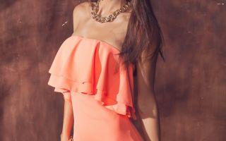 Персиковое платье – элемент одежды настоящих леди