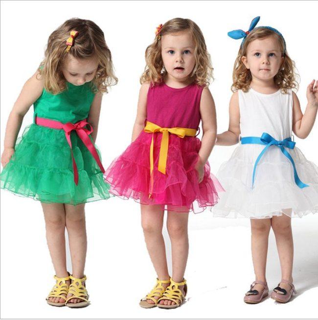 Модель детского платья разных цветов