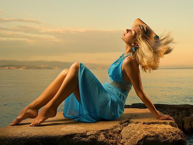Голубое платье для блондинок