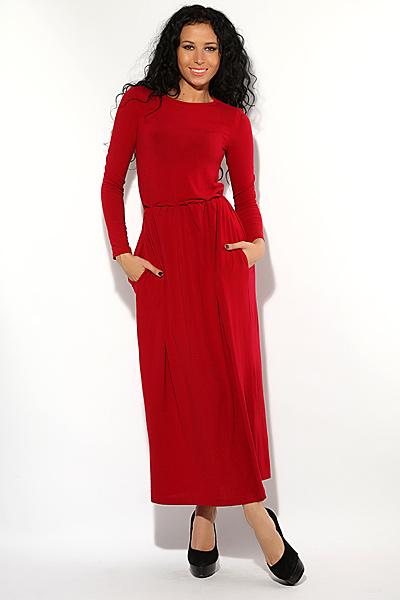 Длинный наряд оттенка красного цвета