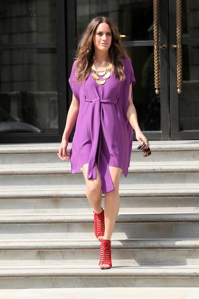 Яркие туфли на шпильках в сочетании с фиолетовым платьем