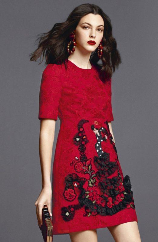Модель красного цвета с принтом