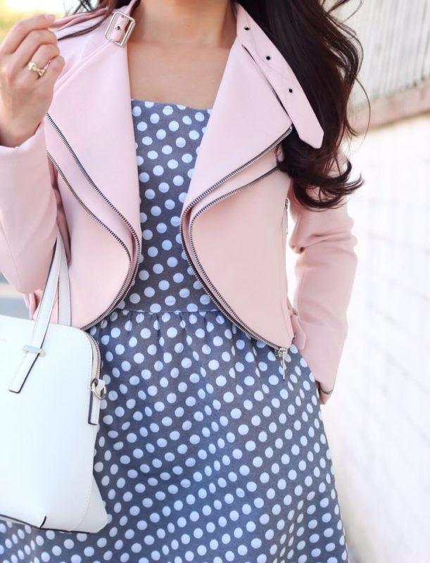 Платье в горошек в сочетании со стильной курткой