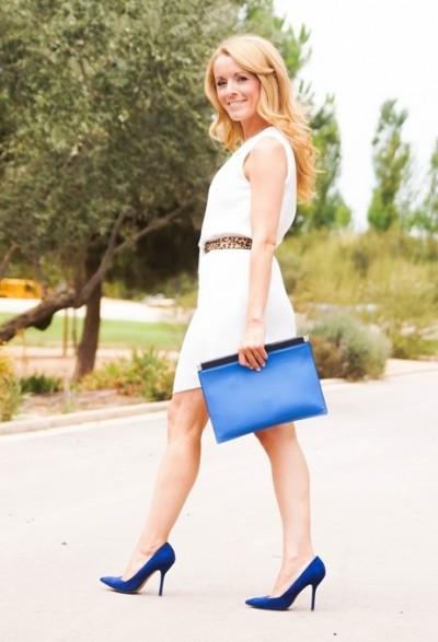Белое летнее платье с синей обувью и сумкой