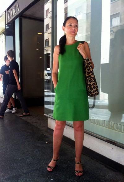 Модель платья зеленого цвета