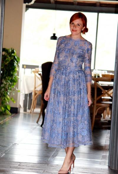 Вечернее платье из крупного кружева в голубых тонах