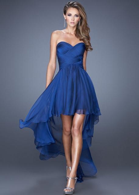 Модель синего платья с асимметричным низом