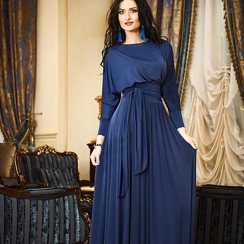 Длинное синее платье с рукавами для официальной обстановки