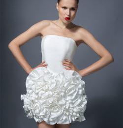 Короткое белое платье с оригинальной юбкой