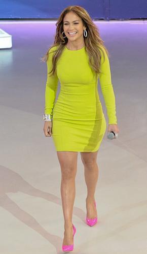 Дженнифер Лопес в платье оттенка желтого цвета