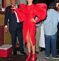 Платье ярко-красного цвета