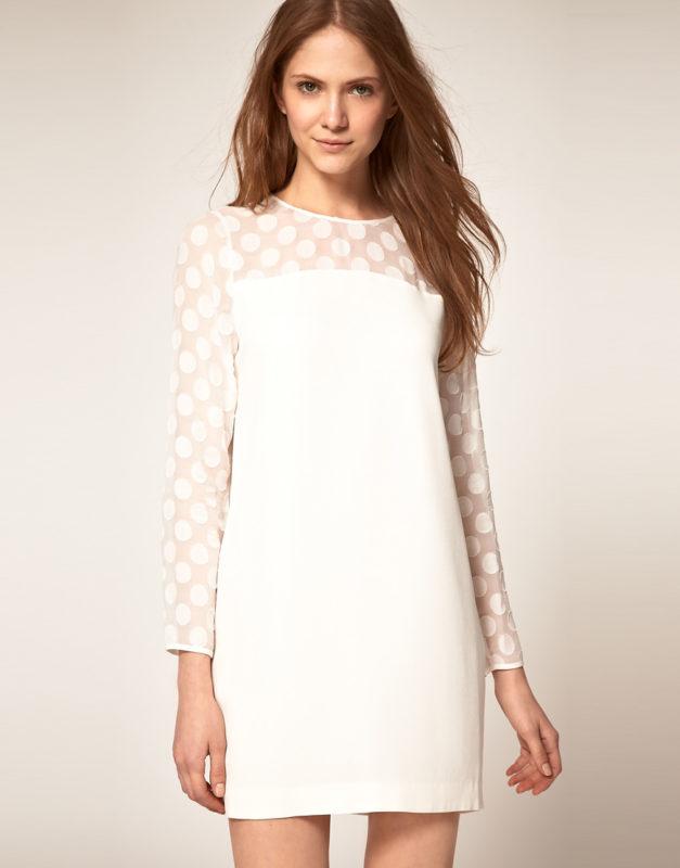 Белое платье с длинным рукавом