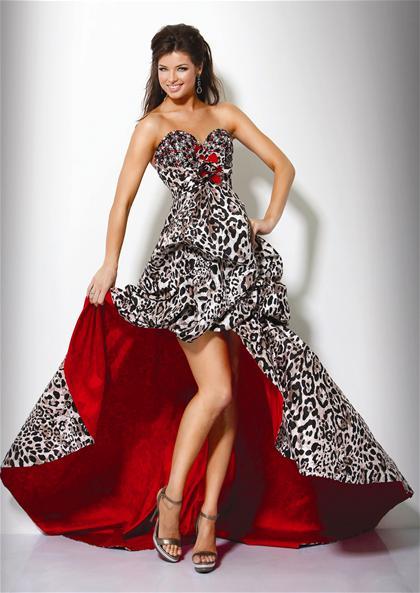 Платье с длинным шлейфом