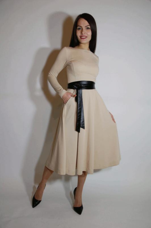 Двухцветное бежевое платье с черным