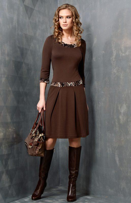 Коричневое платье с сапогами и сумкой