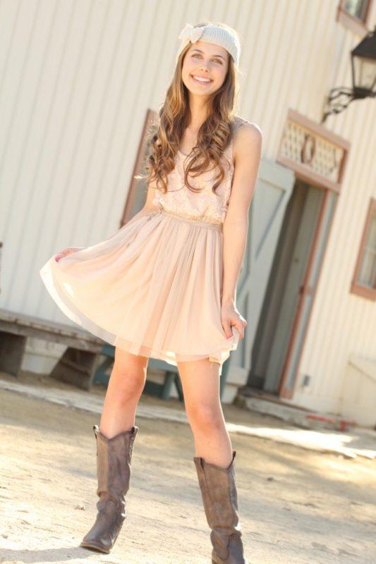 Бежевое платье из шелка выглядит элегантно, волнуя сердца мужчин