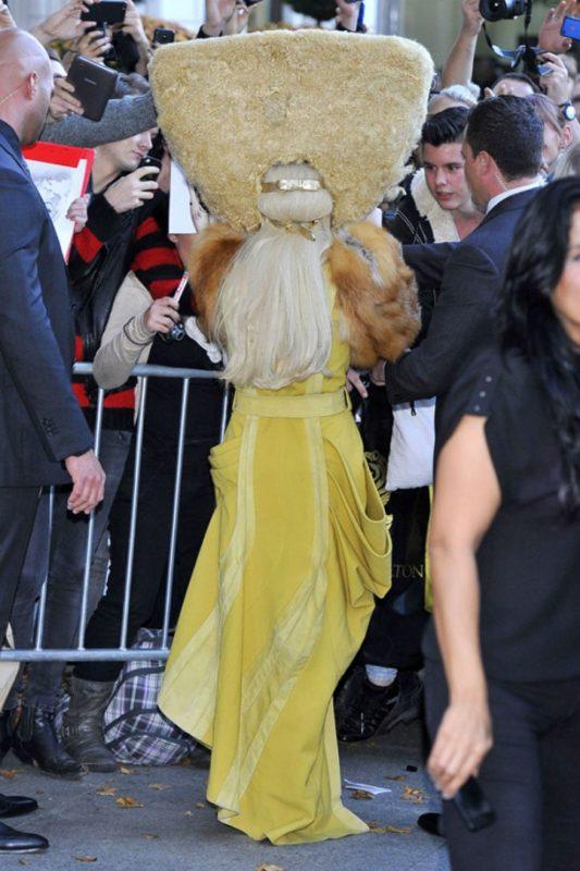 Желтое платье бесформенного силуэта