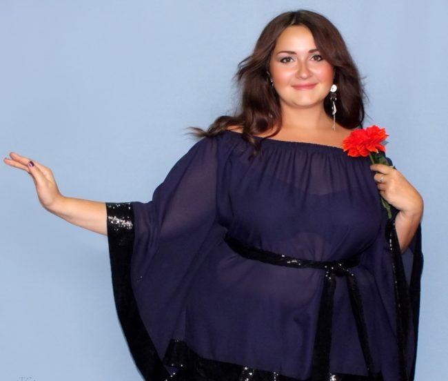 Девушка в синем платье с черными вставками