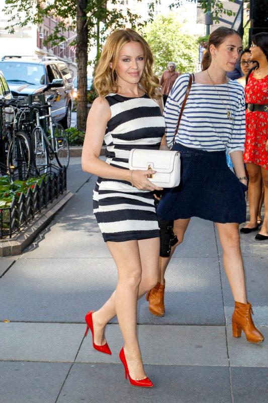 Полосатое платье и красные туфли