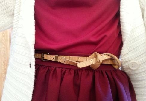 кожаный ремешок для бордовой юбки