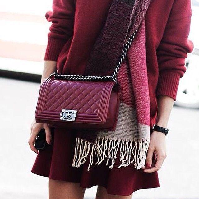 бордовая юбка и бордовая сумочка