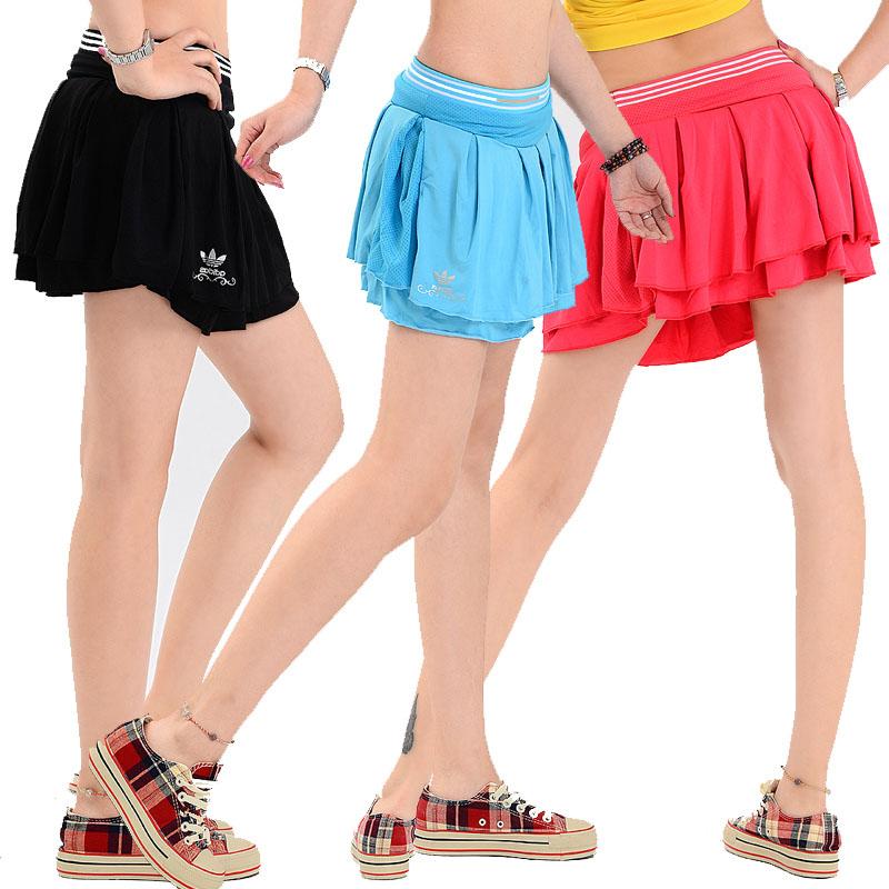 22b6febc5 Верховая езда, гольф, теннис и велосипедный спорт в те годы пользовались  большой популярностью. С них начинается мода на одежду, предназначенную для  ...